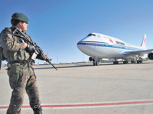 Soldiers look on as Chinese President Xi Jinping arrives at Antalya International Airport before the G20 Turkey Leaders Summit.