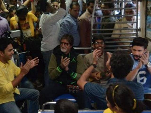 Amitabh Bachchan sings on a Mumbai local train.(TWITTER/AMITABHBACHCHAN)