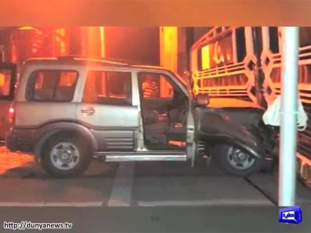 In a major security breach at the Wagah-Attari border crossing with Pakistan, a man rammed through a barrier in a speeding SUV early on Monday morning before he was detained by Border Security Force personnel. (Videograb: www.dunyanews.tv)