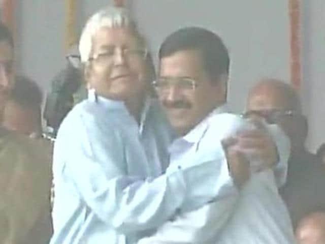 Kejriwal hugs Lalu,Lalu Prasad,Arvind Kejriwal