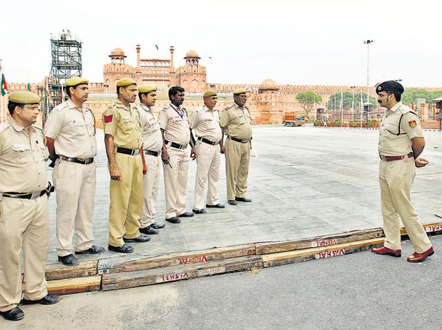 A Delhi Police officer briefs his staff at Red Fort in New Delhi ahead of Independence Day. On an average, 400 cops are deployed along a VVIP route, which essentially requires long hours of stationed duty.(Ajay Aggarwal/ HT Photo)