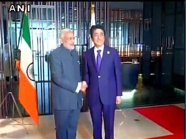 The Indian Tricolour was put upside down as Modi and Abe met for a phot op before talks at the ASEAN-India Summit in Kuala Lumpur.(ANI)
