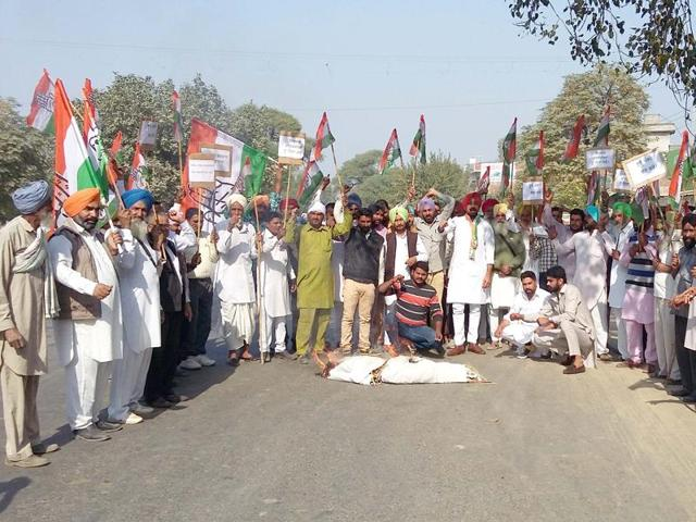 Members of the Punjab Youth Congress protesting against registration of alleged false cases against Congress leaders.