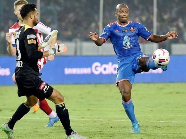 FC Goa striker  Dudu tries to score against Atletico de Kolkata during their ISL Match on Sunday.