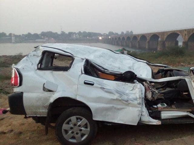 Khargone,Dhar,SUV falls into Narmada