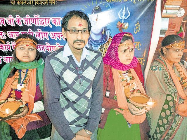 Hundreds of married women throng Kamleshwar Mahadev temple for the annual Baikunth Chaturdashi fair for a male child.