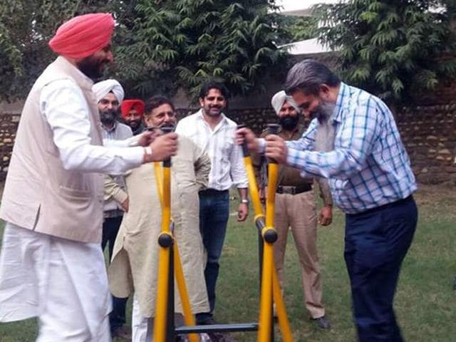 Ludhiana MP Ravneet Singh Bittu exercising with the equipment installed at the Rose garden in Ludhiana on Wednesday.