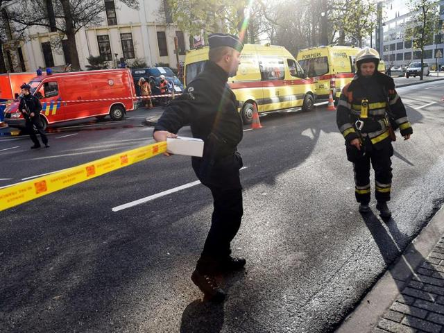 Policemen and firemen set a security cordon around Brussels' Great Mosque in Brussels on November 26, 2015.
