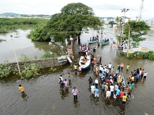 Tamil Nadu floods,Tamil Nadu,Tamil Nadu Police officer