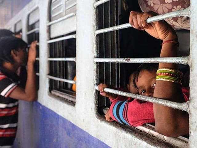 Woman commuter tweets,Suresh Prabhu,Railways tweet help