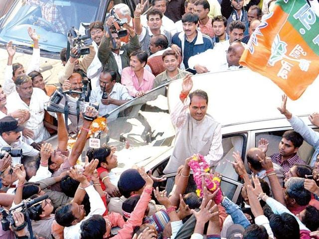 Chief minister Shivraj Singh Chouhan waves after winning the assembly election for the second term in 2008.