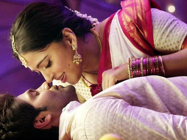 Inji Iduppazhagi stars Anushka Shetty, Arya and Sonal Chauhan and has been directed by Prakash Kovelamudi.