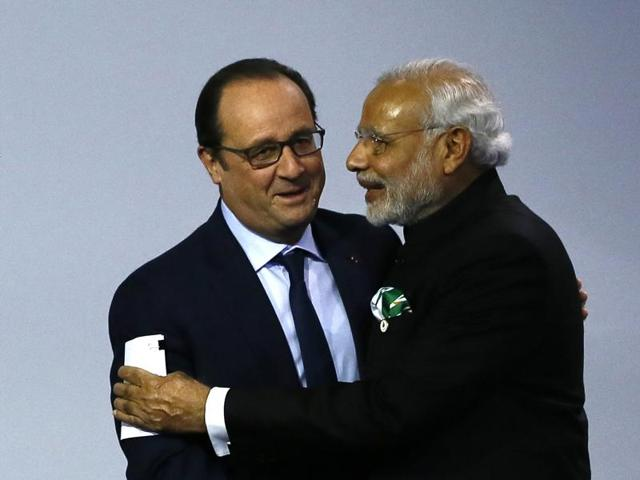 French President Francois Hollande and Prime Minister Narendra Modi at the COP2, United Nations Climate Change Conference in Paris.(AP)