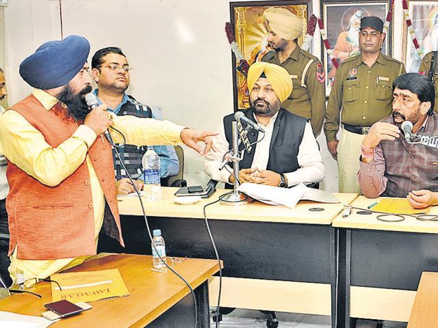 Senior deputy mayor Kamaljit Singh Bhatia arguing with mayor Sunil Jyoti during the muncipal corporation house meeting in Jalandhar on Tuesday.