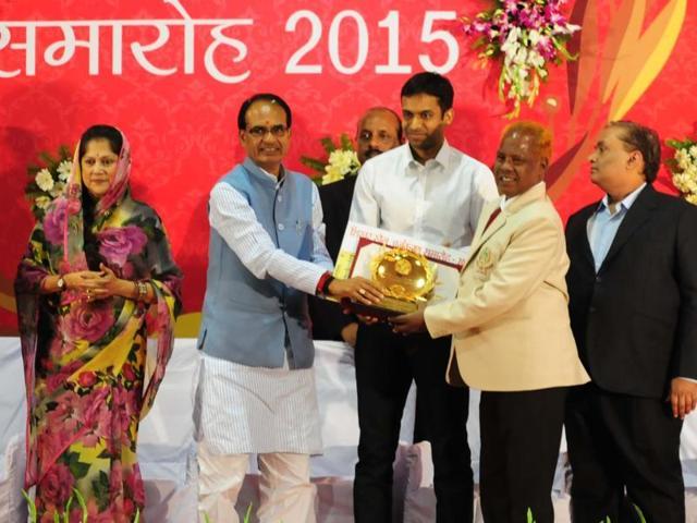 Badminton legend P Gopichand and CM Shivraj Singh Chouhan with Eklavya, Vikram and Vishwamitra awardees on Tuesday.