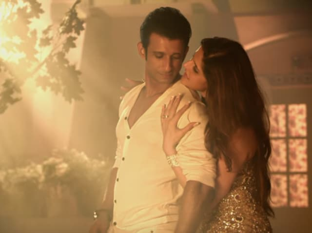 Sharman Joshi and Zarine Khan in a still from Hate Story 3. (YouTube)