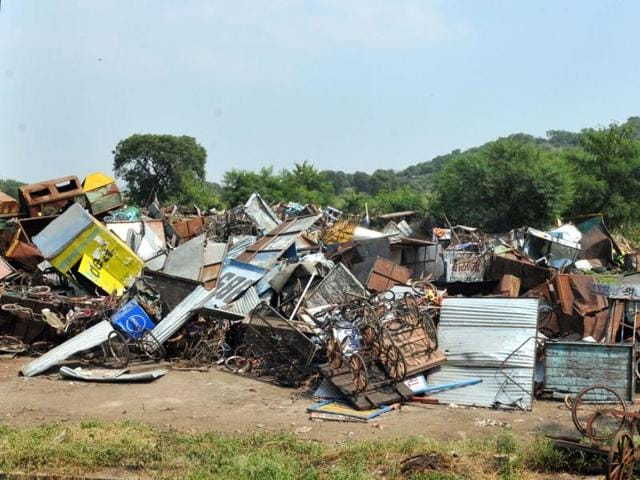 Seized pushcarts and kiosks lying dumped at Devguradia trenching ground in Indore.