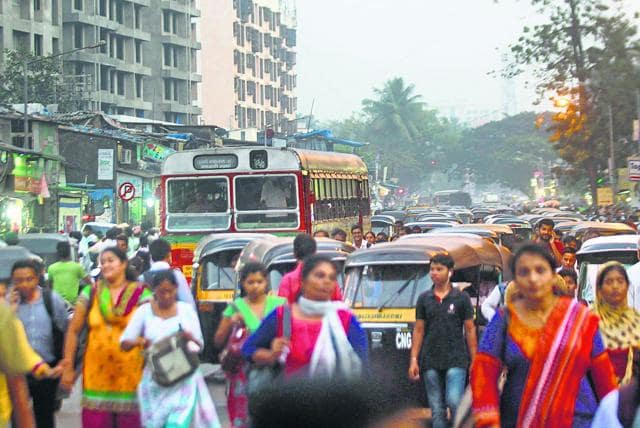 The chaotic traffic situation around Kurla station needs to be managed by the authorities.