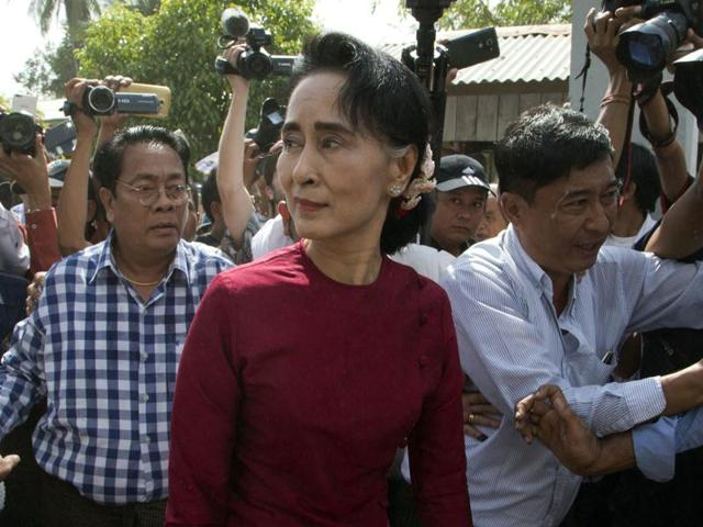 Myanmar pro-democracy leader Aung San Suu Kyi (L), chairperson of the National League for Democracy (NLD) party, talks with Myanmar military commander-in-chief Senior General Min Aung Hlaing (R).