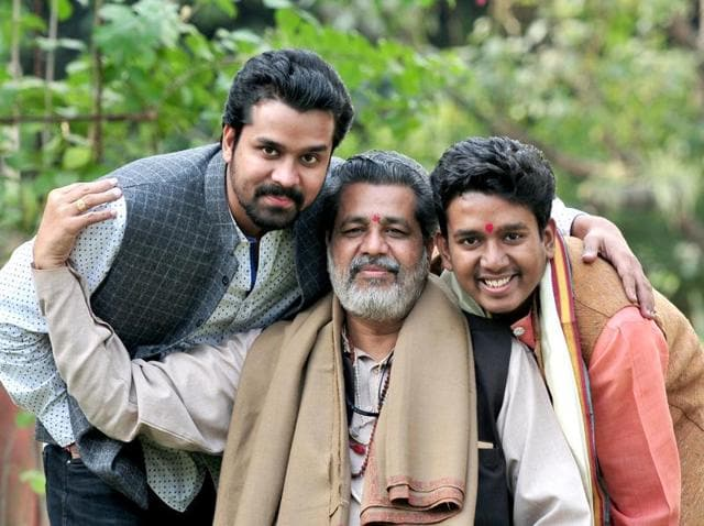 Pandit Vishwanath with his sons, vocalist Manu Maharaj (left) and shehnai artiste Bhaskarnath (right).