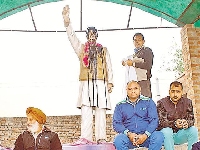 The defaced the statue of former Prime Minister Rajiv Gandhi in Moga.