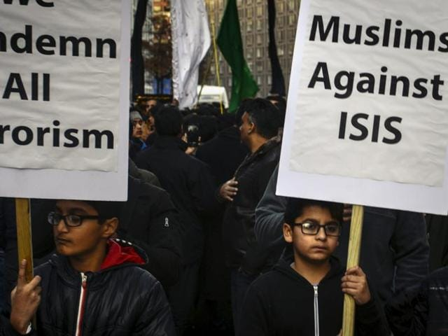 Shia Muslims march to protest against Islamic State.