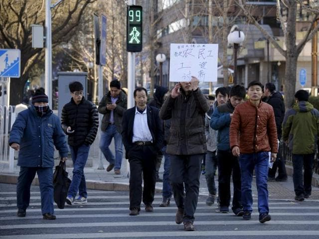 A total of 32 construction workers took to the street on Thursday to demand a construction site in Xianghe county of Hebei province to pay what they say are their delayed salaries worth about a total of 660,000 yuan (102,510 USD).(REUTERS)