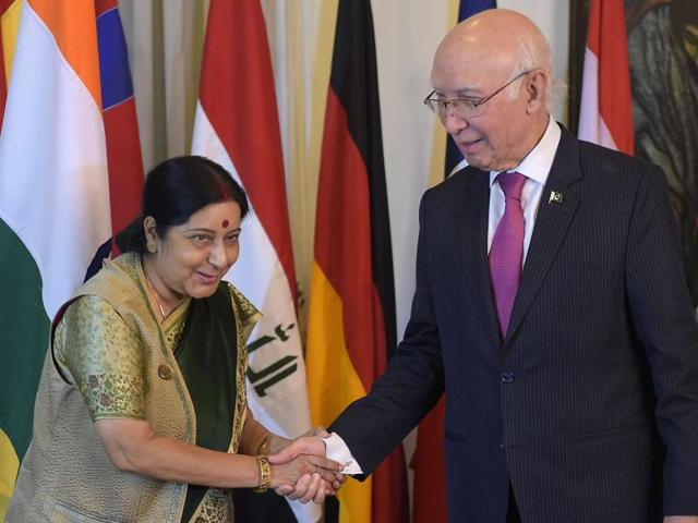 Pakistan's Sartaj Aziz (R), Pakistan Prime Minister's foreign policy adviser, shakes hands with external affairs minister Sushma Swaraj at the Foreign Ministry in Islamabad, ahead of talks.
