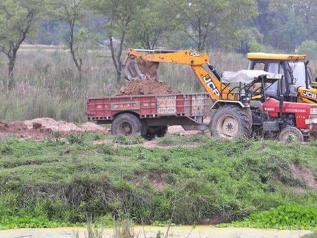 According to Patkar, illegal sand mining continued in the SSP submergence areas despite the MP high court staying all mining operations there in May.