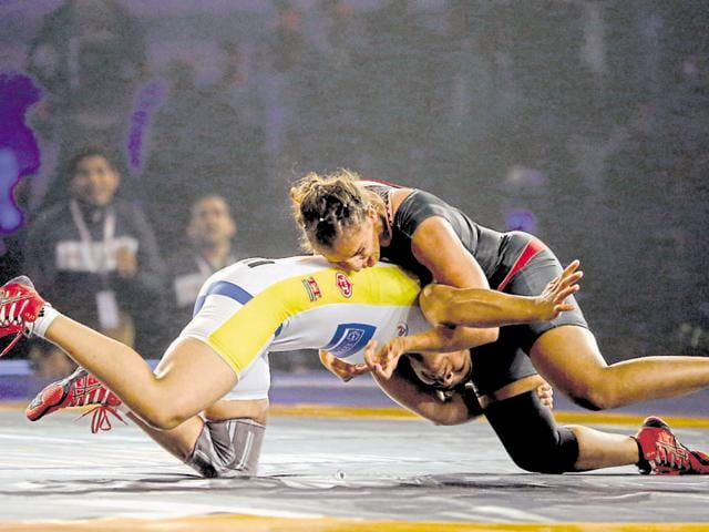 Punjab's Geeta phogat fight a bout against Mumbai's sakshi malik in a pro wrestling match at indra Gandhi stadium in New Delhi, India, on Monday, December 10 ,2015. (Photo by Ravi Choudhary/ Hindustan Times)