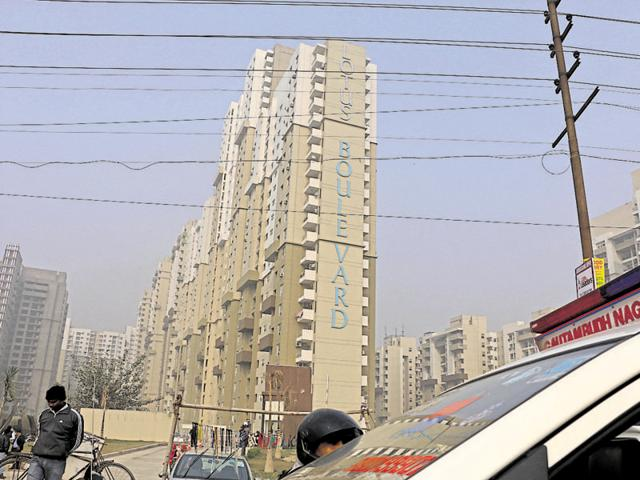 Noida,Woman falls to death from eighth floor,Accident