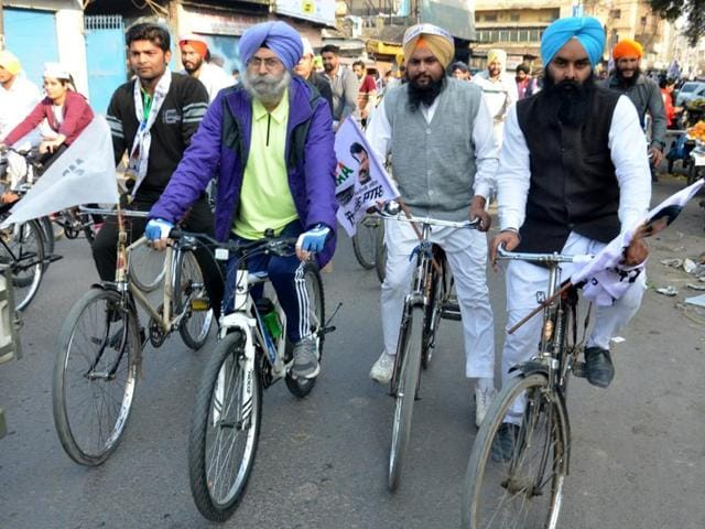 Aam Aadmi Party Leader HS Phoolka along with party workers takes part in a cycle march against the clean chit given by Punjab Pradesh Congress Committee President Captain Amarinder Singh to his party colleagues Kamal Nath and Jagdish Tytler in the 1984 anti-Sikh Delhi Riots.