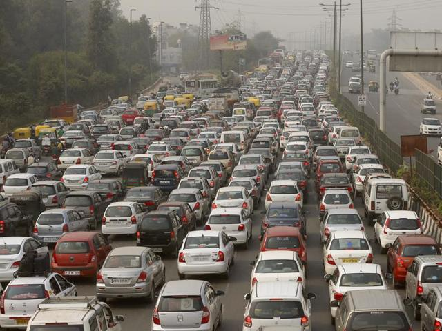 In winter, according to an IIT-Kanpur study, vehicle emissions account for 60% of Delhi's air pollution.