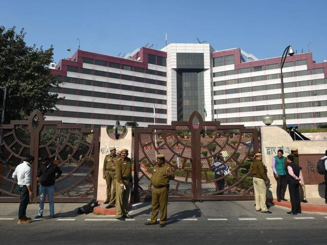 Police stand guard outside the Delhi Secretariat in New Delhi on December 15, 2015.  Delhi CM Arvind Kejriwal accused the CBI of raiding his office, a charge that the investigative agency has denied./