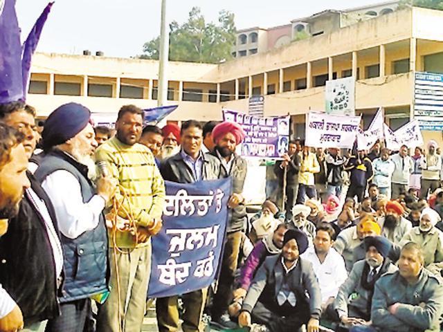 BSP state president Avtar Singh Karimpuri addressing a rally.(Harpreet Kaur/HT Photo)