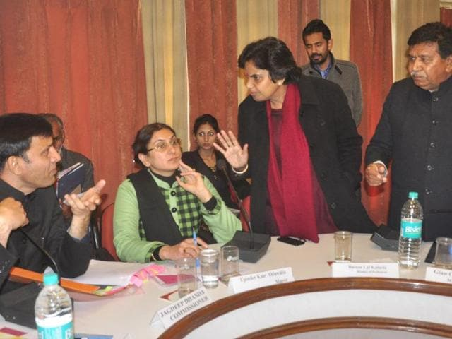 Kalka MLA Latika Sharma (third from left) arguing with MC commissioner Jagdeep Dhanda as local MLA Gian Chand Gupta (right) and mayor Upinder Kaur Ahluwalia (second from left) look on during the MC House meet in Panchkula on Wednesday.
