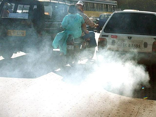 AAP government has moved the NGT seeking to increase the penalty on such polluting vehicles from the current Rs 1,000 to a stiffer Rs 5,000. (HT File Photo)