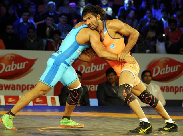 Yogeshwar Dutt of Haryana Hammers in action against Bajrang Punia from Bengaluru Yodhas during the Pro wrestling league 2015 in Gurgaon.(PTI Photo)