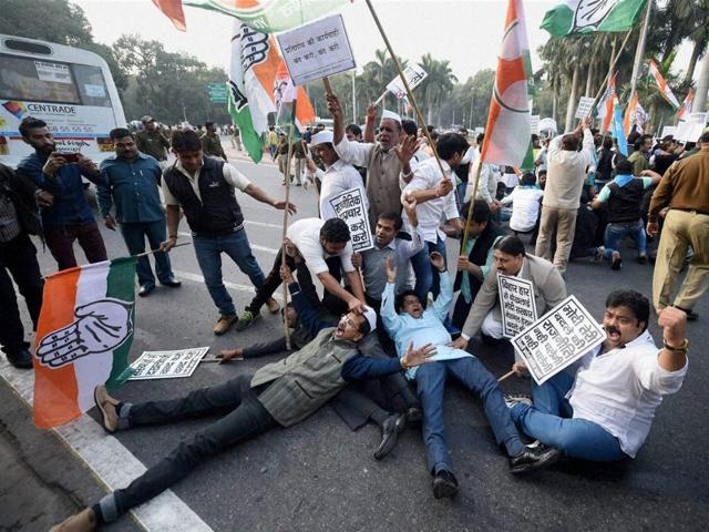 Congress workers stage protest against the central government regarding National Herald Case at Teen Murti in New Delhi. The Delhi high court granted bail to Congress president Sonia Gandhi and her son, Rahul, on Saturday.(PTI)