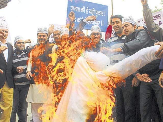 AAP activists raised slogans against the CBI and burned effigies of the investigation agency.