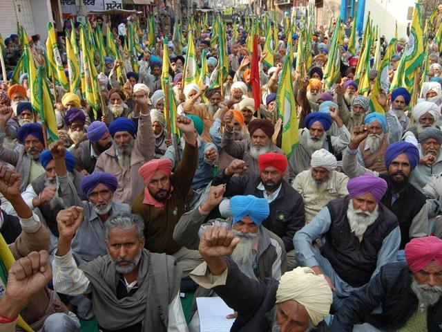 Farmers unfurled flags while shouting anti-government slogans during protest in Sangrur.(HT Photo)