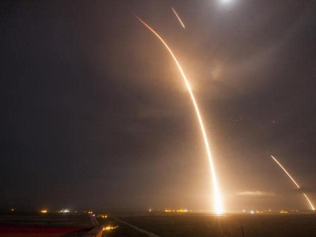 This 9-minute time exposure obtained courtesy of SpaceX shows the launch, re-entry, and landing burns of the SpaceX Falcon 9 rocket, which successfully landed in an upright position on Monday, December 21, 2015 at Cape Canaveral Air Force Station in Florida.(AFP Photo/ SpaceX)