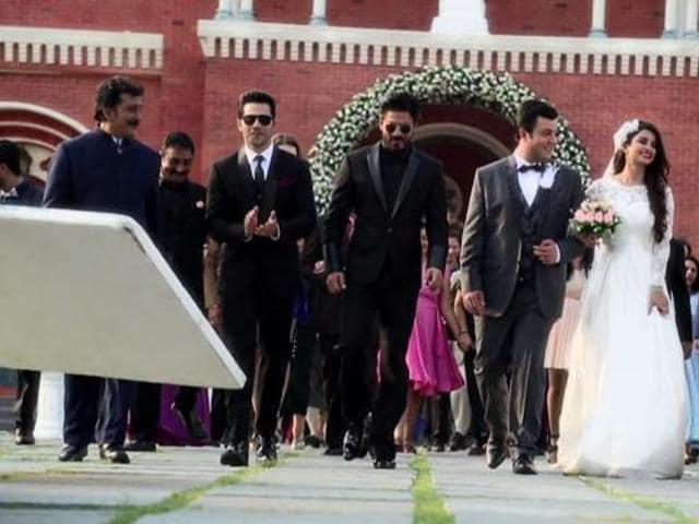 Shah Rukh Khan, Varun Dhawan and Kajol with the team of Dilwale. (YouTube)