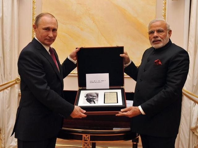 Russian President Vladimir Putin gifted the PM a page from Mahatma Gandhi's diary containing his handwritten notes.(Photo: @NarendraModi/Twitter)