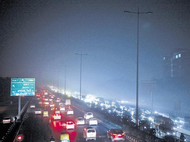 For the last seven months, power supply to around 15% of the streetlights between Rao Tula Ram Marg and Kherki Daula toll plaza has been stopped.(Parveen Kumar/HT Photo)
