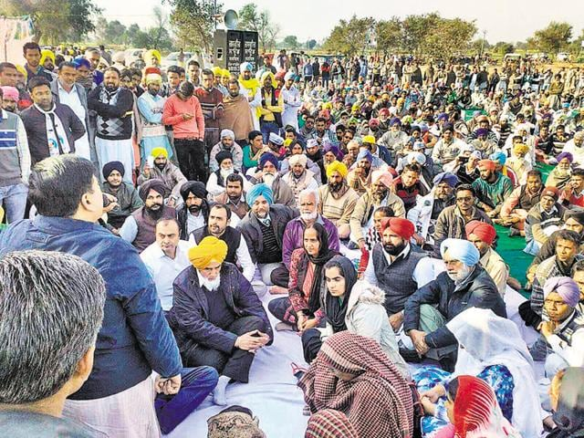 Aam Aadmi Party state convener Sucha Singh Chhotepur (in yellow turban) with other party leaders and farmers protesting at Sahnewali village in Mansa on Thursday.