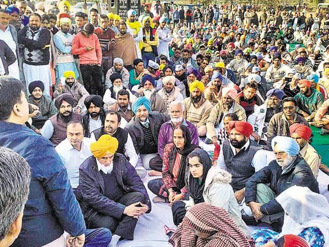 AAP state convenor Sucha Singh Chhotepur with other party leaders and farmers protesting at Sanhewali village in Mansa on Thursday