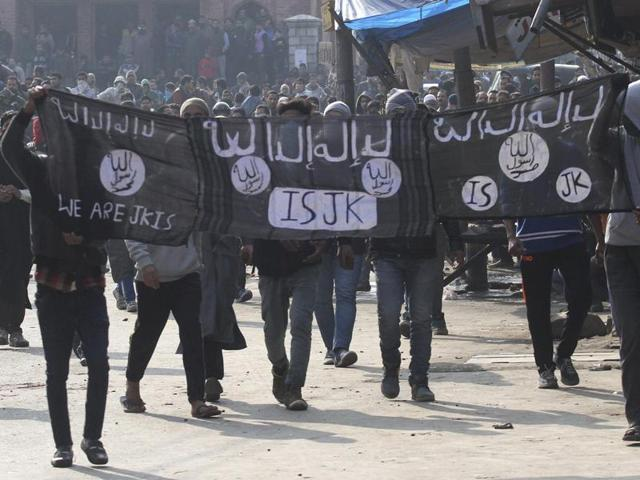Kashmiri protestors hold Islamic State (IS) flags during a protest in Srinagar.( Waseem Andrabi/ Hindustan Times)