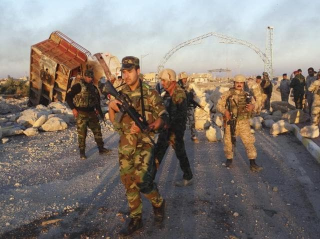 Iraqi security forces gather to advance towards the centre of Ramadi city.
