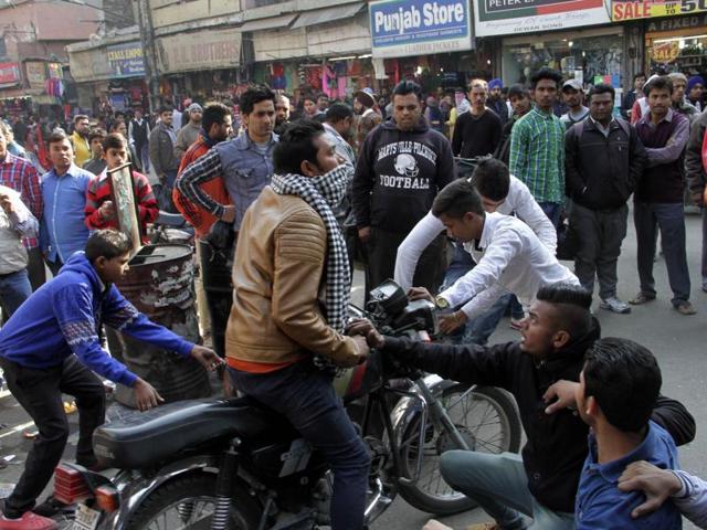 Rehri Phari vendors stops vehicles during protest at Chaura Bazar in Ludhiana on Sunday.